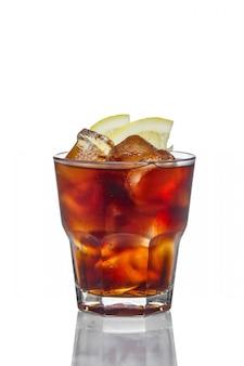 Cóctel alcohólico en vidrio de rocas