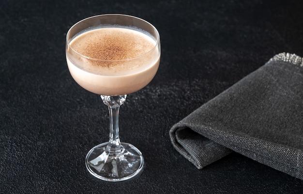 Cóctel alexander de coñac, nata y crema de cacao