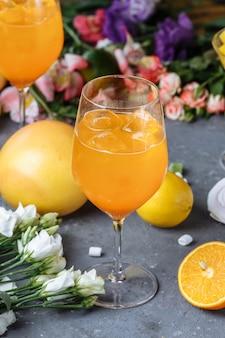 Cóctel de aperol spritz en un vaso grande, bebida fría italiana de verano baja en alcohol.