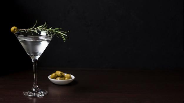 Cóctel aromático listo para ser servido con aceitunas