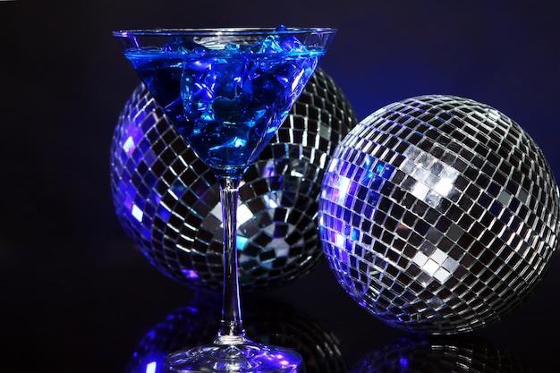 Cóctel azul frío con bola de discoteca