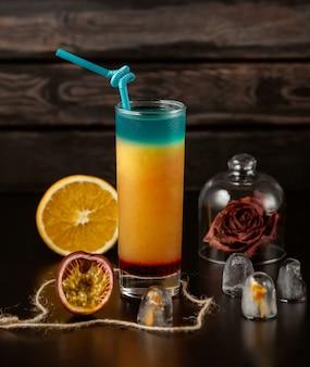 Cóctel azul naranja sobre la mesa