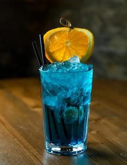 Cóctel azul sobre la mesa