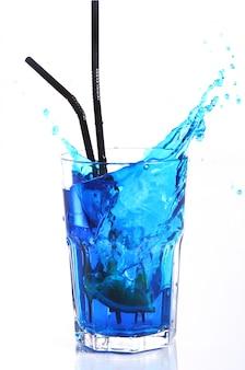 Cóctel azul con toques aislados en blanco