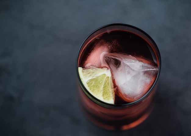 Cóctel de bebida roja en vaso de vidrio