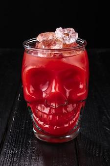 Cóctel bloody mary en copa de calavera.