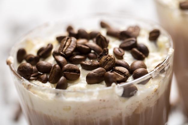 Cóctel de café con espuma de crema.