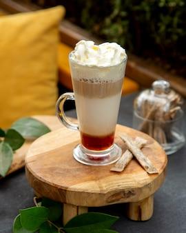 Cóctel de café de múltiples capas cubierto con crema batida