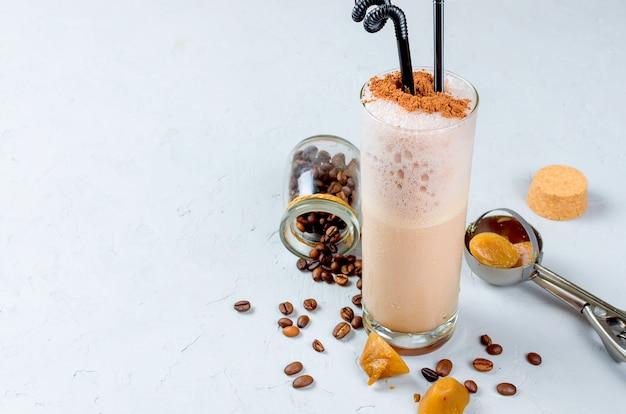 Cóctel de chocolate con leche o café batido frío con leche