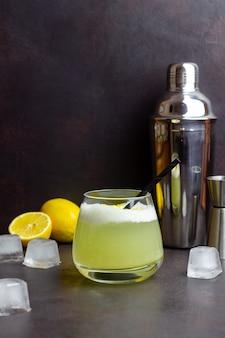 Cóctel clásico de whisky sour. bebida alcoholica. bar. restaurante.