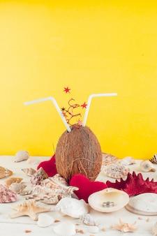 Cóctel de coco. día de san valentín. vacaciones en tropical.