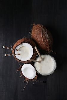 Cóctel de coco con pajita. bebida tropical
