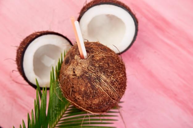 Cóctel de coco en rosa. bebida de vacaciones de verano