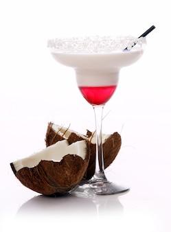 Cóctel de coco sobre superficie blanca