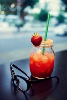 Cóctel con una comunicación de verano de restaurante de ocio de primer plano de paja