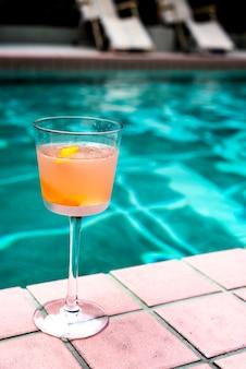 Cóctel de copas junto a la piscina.
