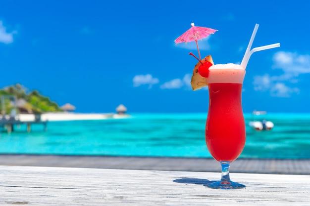 Cóctel con desenfoque de playa en el fondo