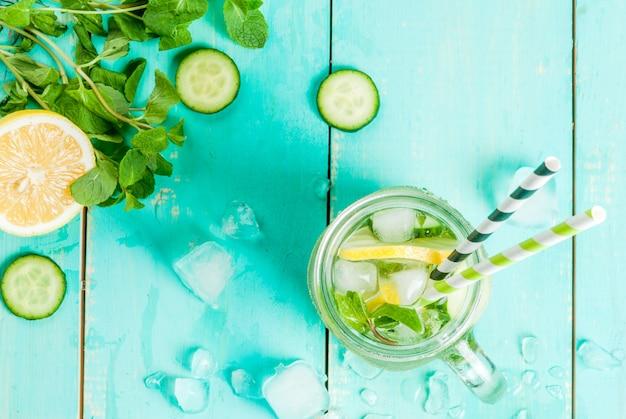 Cóctel de desintoxicación frío de verano de menta, pepino y limón.