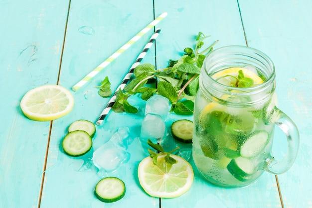 Cóctel desintoxicante de menta, pepino y limón.