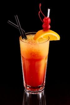 Cóctel exótico con naranja y cereza.