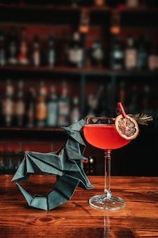 Cóctel exótico con origami