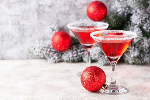 Cóctel festivo de navidad martini rojo