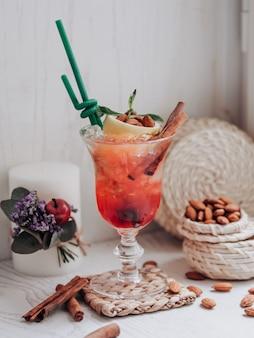 Cóctel de fresa en la mesa