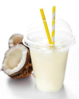 Cóctel fresco alcohólico de piña colada servido frío con coco