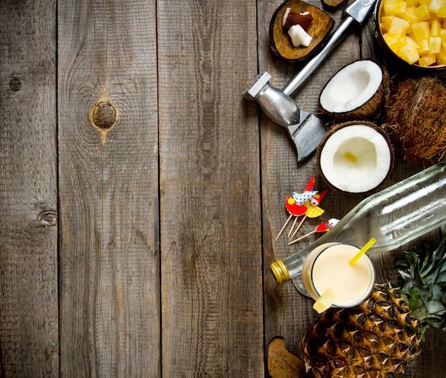 Cóctel fresco con coco, ron y piña en una mesa de madera