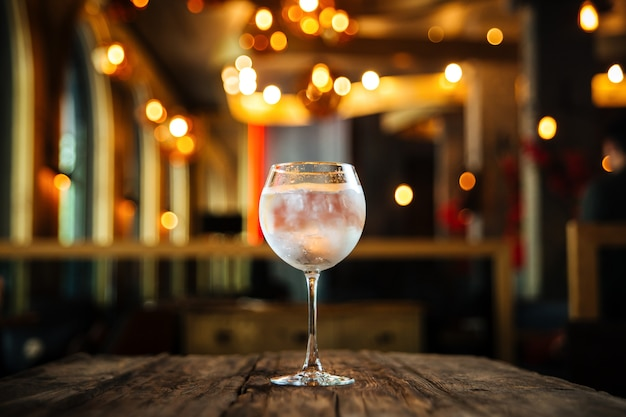 Cóctel fresco fresco gin tonic en la mesa de madera