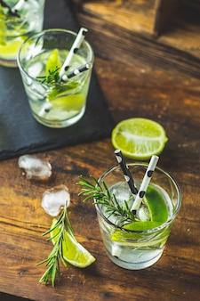 Cóctel fresco con lima, hielo y romero, cóctel mojito