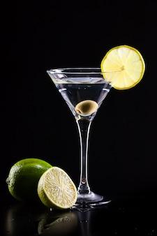 Cóctel fresco moderno. concepto de bebida fiesta