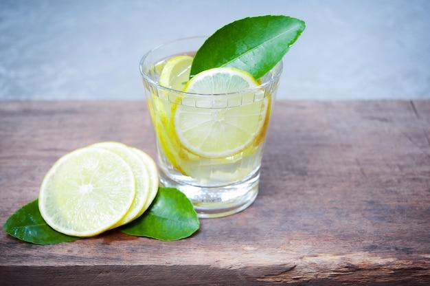 Cóctel fresco del mojito en vidrios en de madera, bebidas del verano.