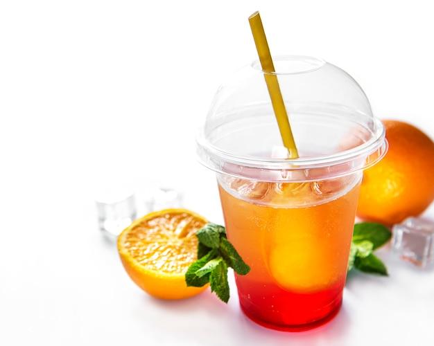 Cóctel fresco con naranja y hielo.