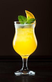 Cóctel fresco con naranja