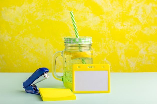 Cóctel fresco vista frontal con adhesivo en superficie amarilla