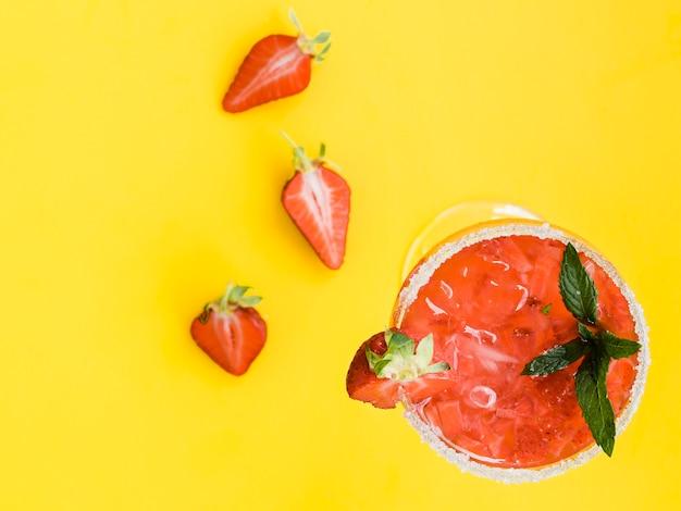 Cóctel frío rojo fresco con fresas, menta y hielo.