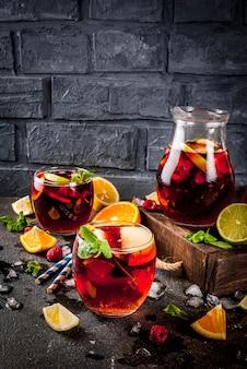 Cóctel frío de verano, sangría de vino tinto con frutas y bayas