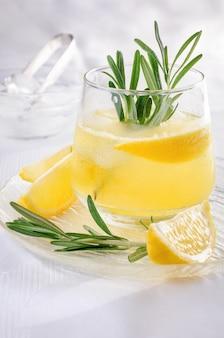 Cóctel frío de vodka y tónica con la adición de jugo de limón recién exprimido