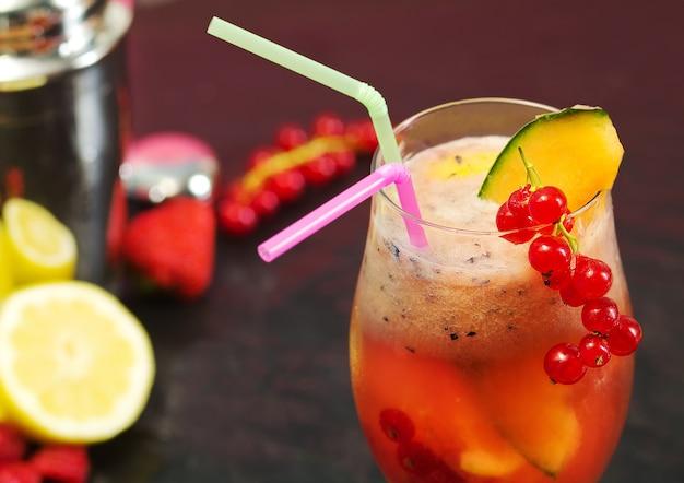Cóctel de frutas con agitador y frutas