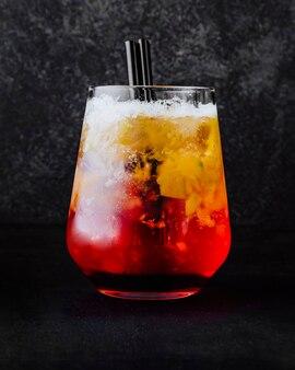 Cóctel de frutas fresa berrie té limón manzana vista lateral