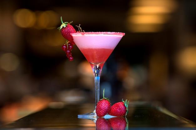 Cóctel de frutas con fresas frescas