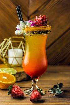 Cóctel de frutas tropicales con flor de margarita