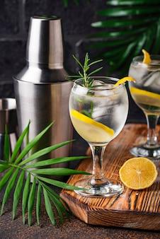 Cóctel de gin tonic con limón