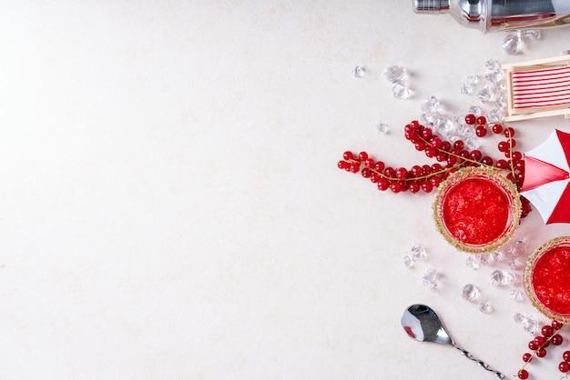 Cóctel de grosella roja y arándanos de verano