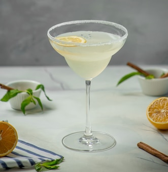 Cóctel de hielo de limón sobre la mesa