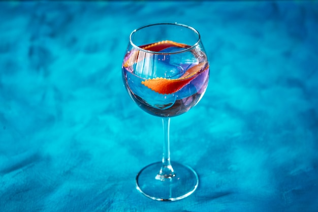 Cóctel jin tonic cáscara de naranja decorar copa de vino