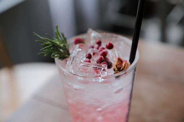 Cóctel de jugo de fresa con soda en mesa de madera