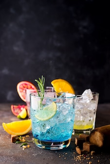 Cóctel de la laguna hawaiana azul con ron malibú, curazao azul, vodka, tequila, jugo de naranja y menta