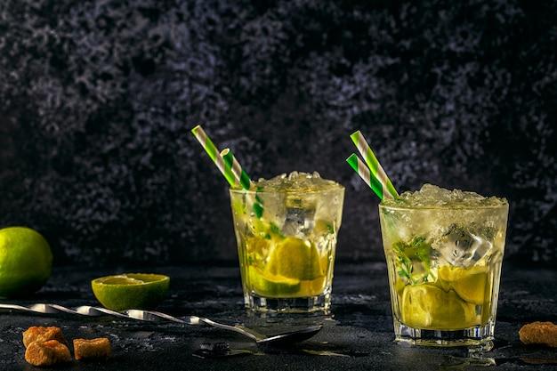 Cóctel de lima fresca con hielo